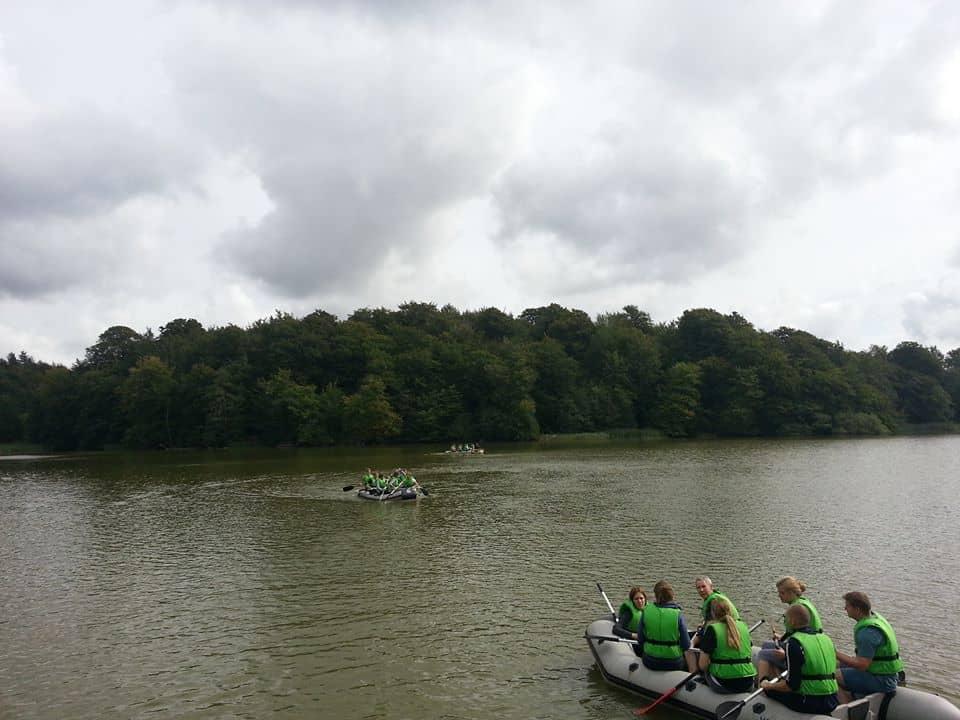 Et billede af to gummibåde i vandet med 1 hold i hver