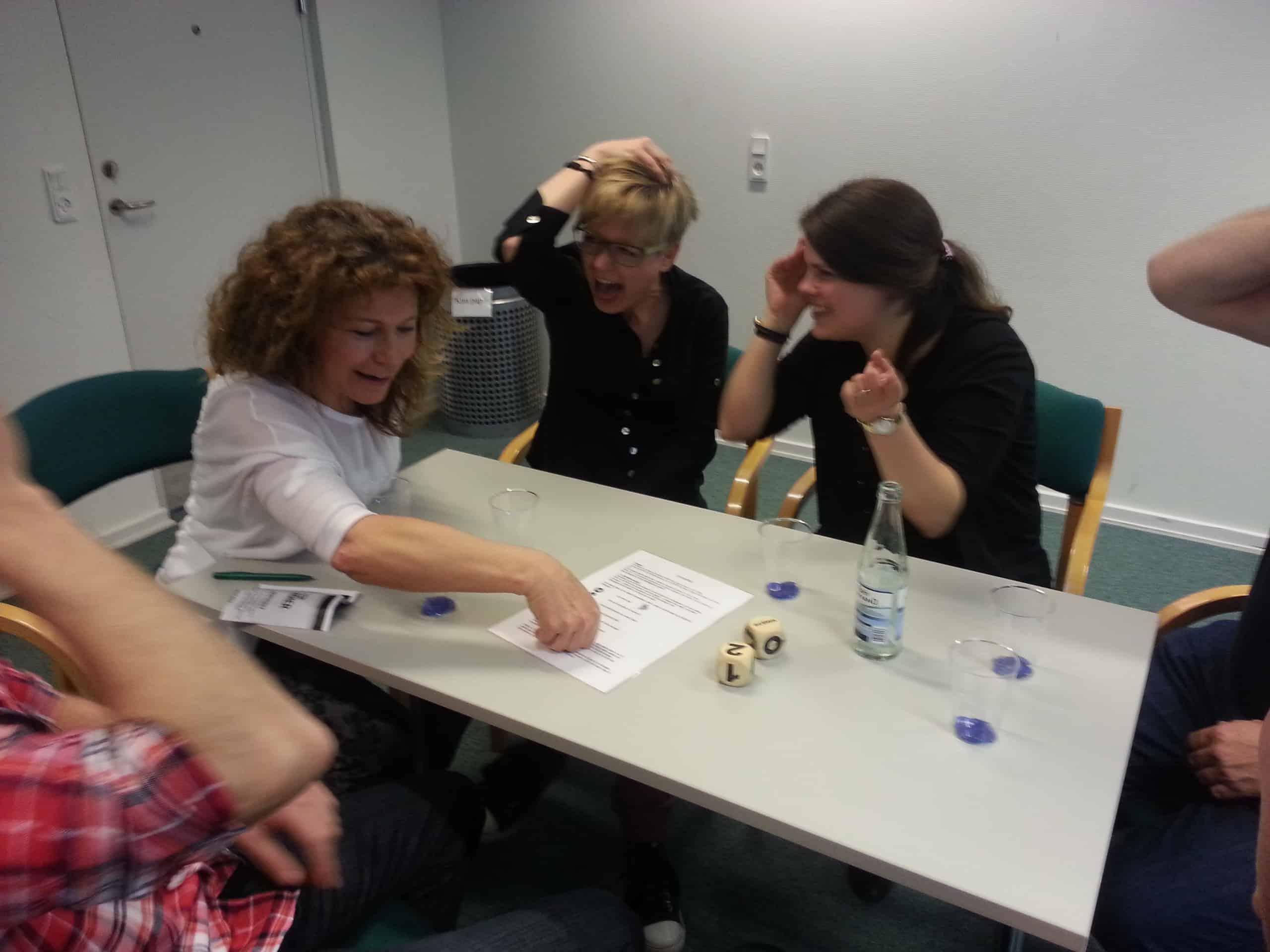På billedet ses en gruppe i fuld færd med at lave teambuilding øvelser