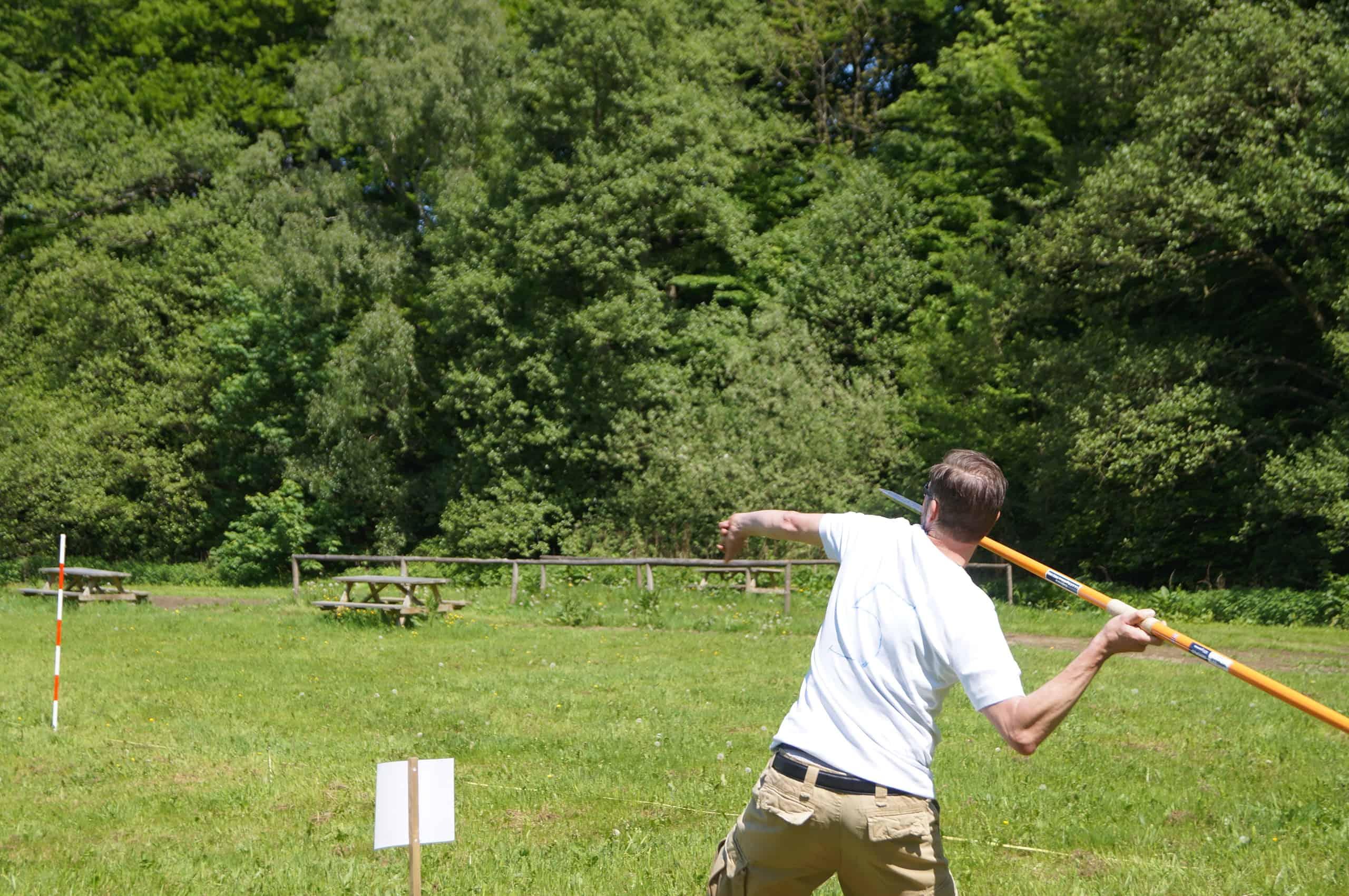 På billedet ses en anden deltager prøve længder i spydkast