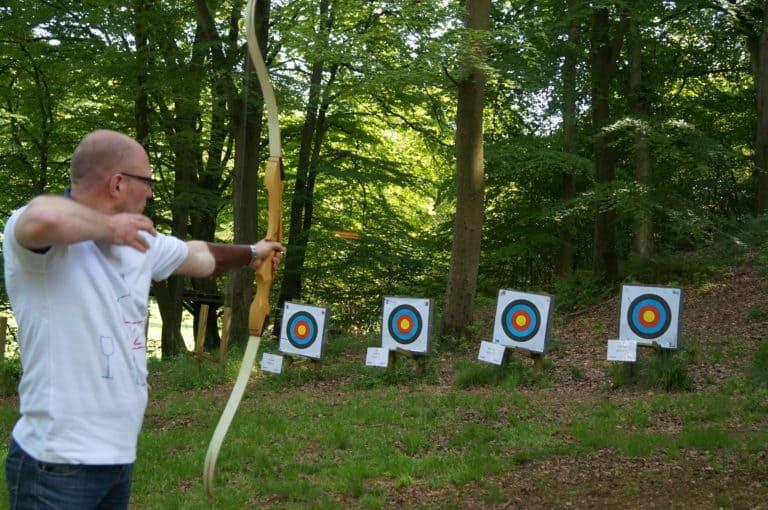 Her ses en deltager fra et af holdene skyde med bue og pil