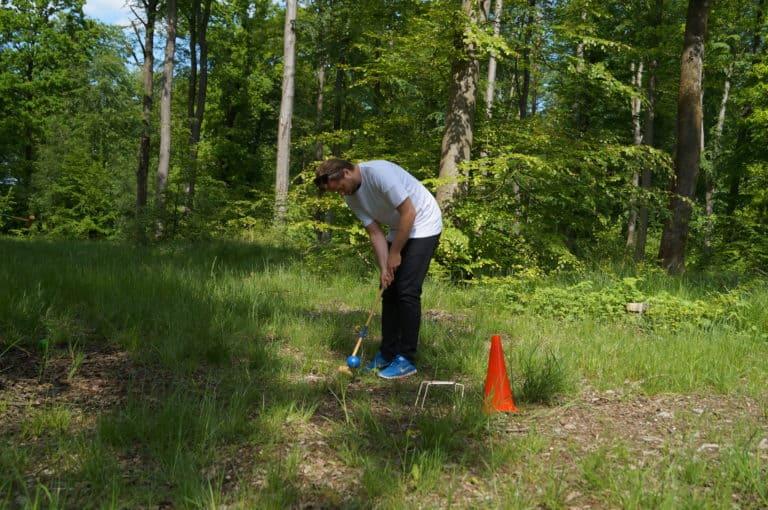 Her ses en deltager prøve kræfter med krokket-dart