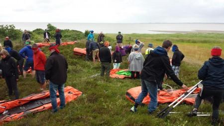 Her ses de forskellige deltager i færd med at gøre gummibådene klar til at skulle sejle