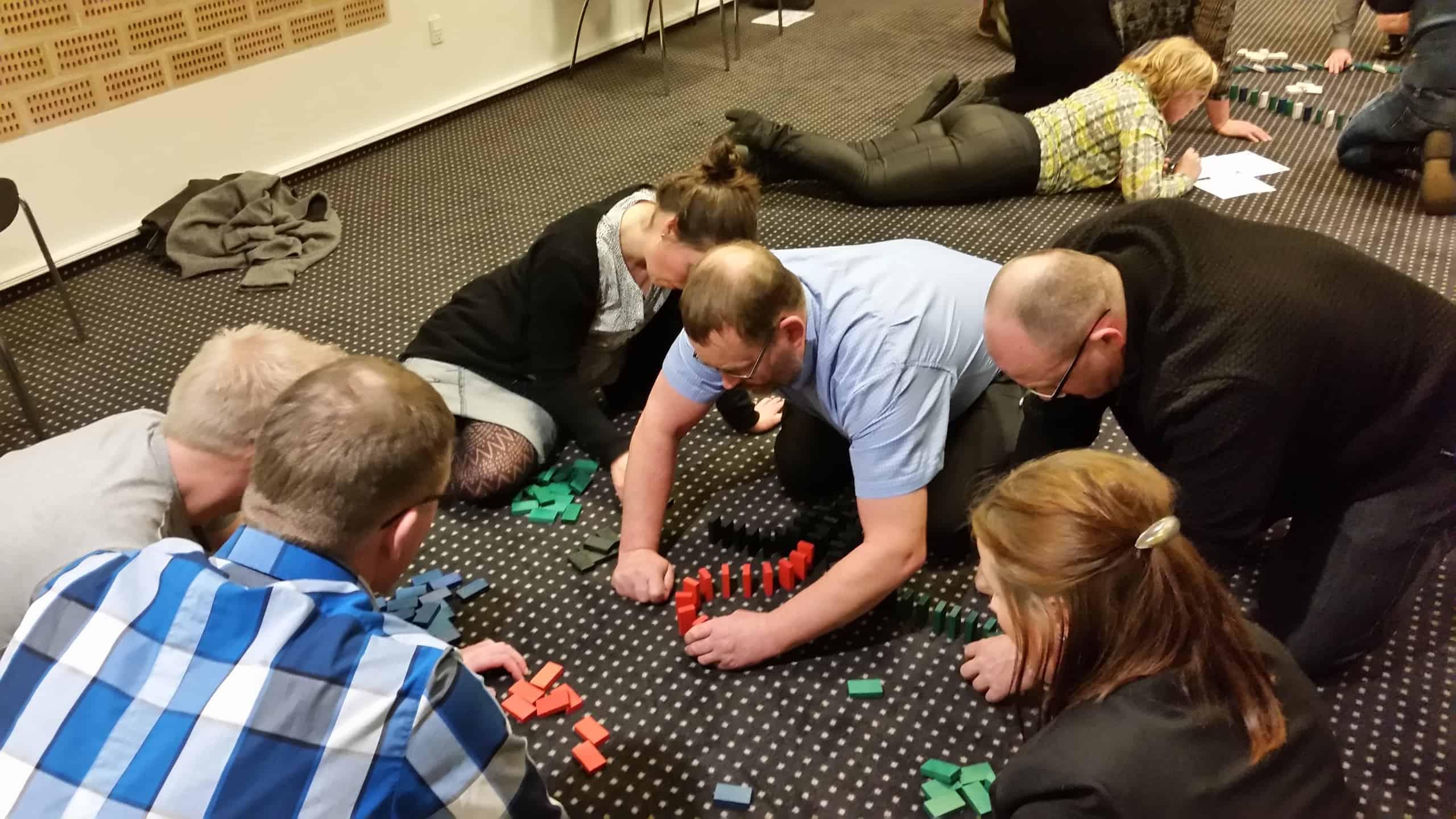 Her ses endnu en gruppe som er igang med at sætte domino brikker op