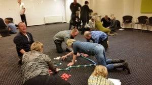 På billedet ses forskellige grupper med deres egne små domino baner