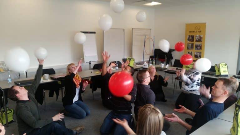 Her ses deltagerne i fuld gang med at lave en øvelse med balloner