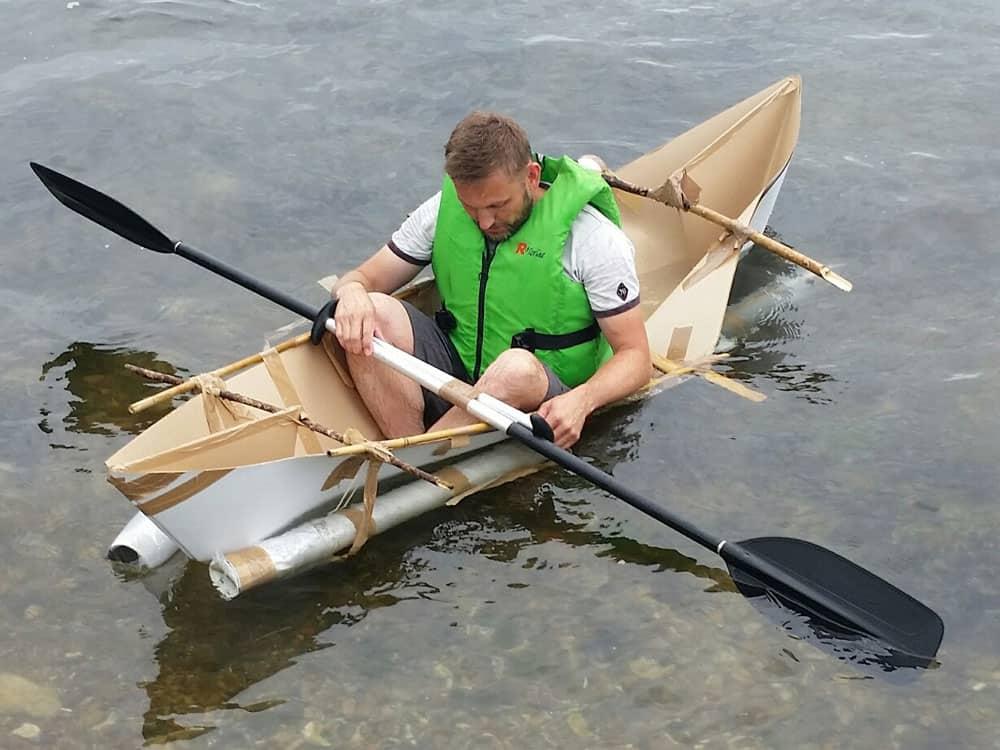 En deltager igang med at syntes i hans hjemmelavet båd