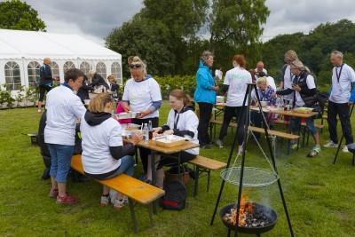 Her ses to grupper i fuld gang med madlavning til outdoor cooking