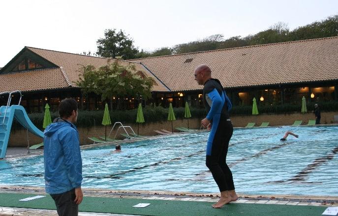 Her ses en mand lige efter at have svømmet 250 meter