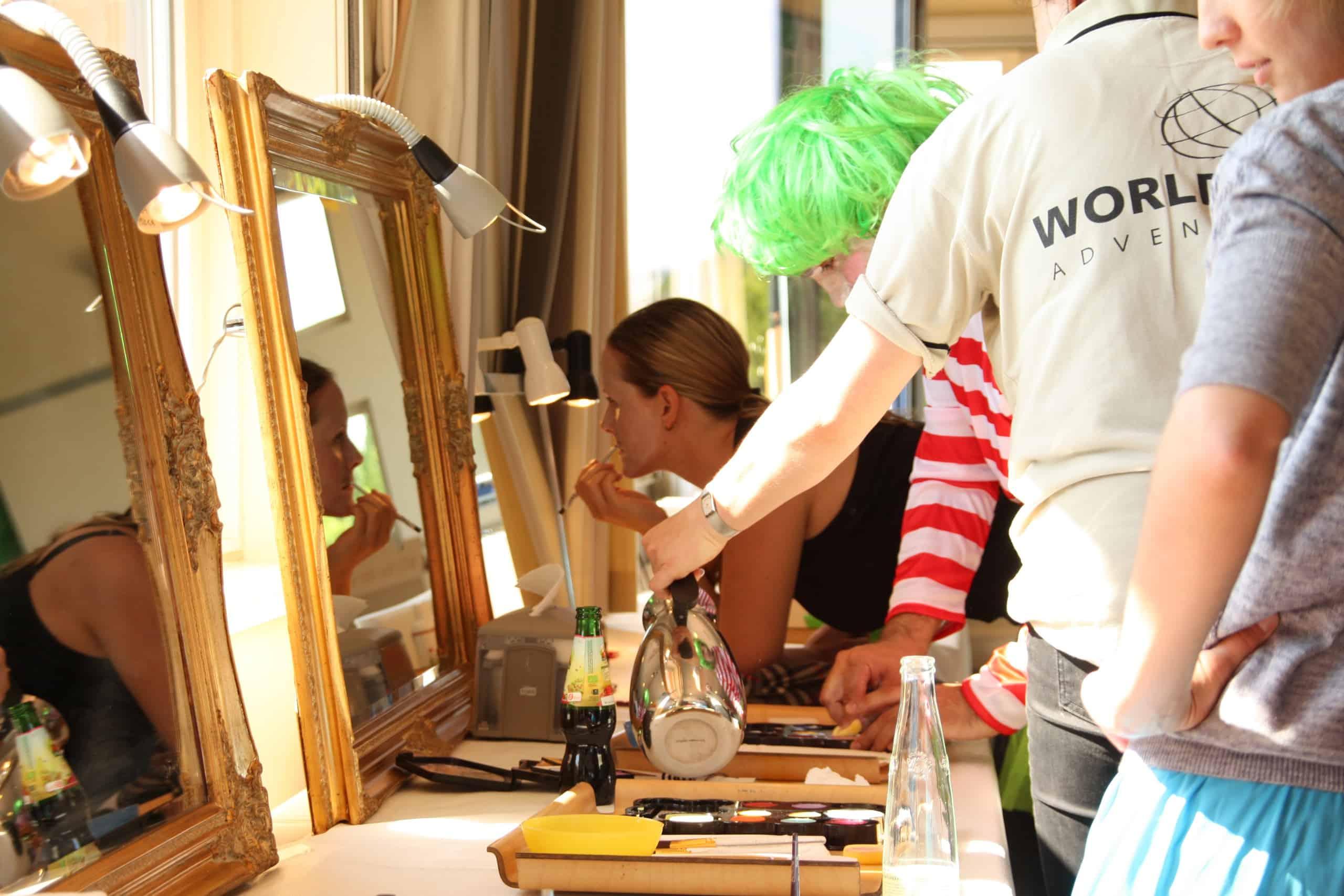 Her ses en person i fuld færd med at ligge makeup til deres film
