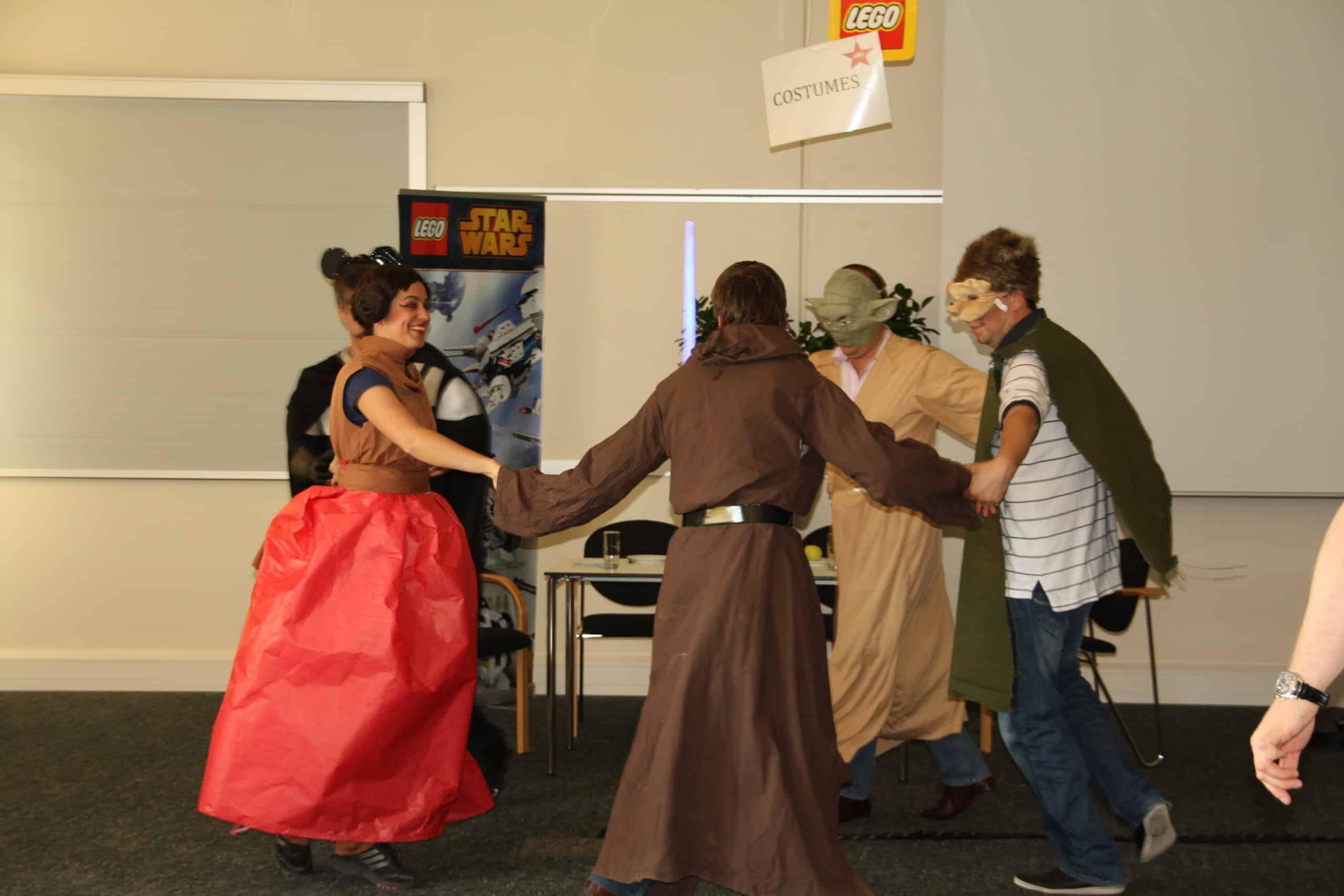 Her ses folk påklædt i deres kostumer, danse i en cirkel