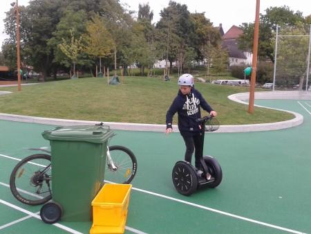 på billedet ses et barn til genbrugsdag i fuld færd med at køre segway