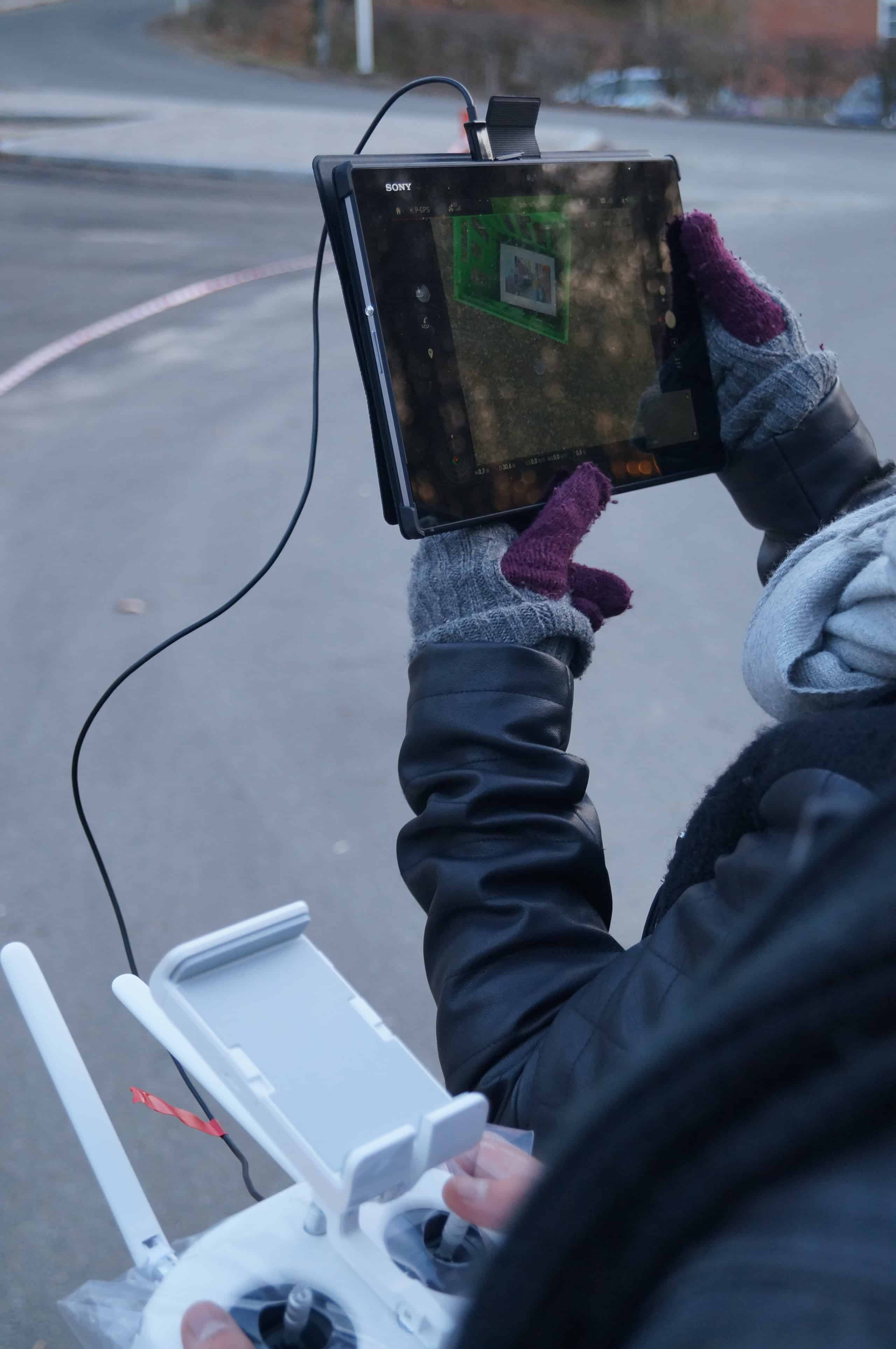 På billedet ses tabletten med direkte feed fra kameraet på dronen