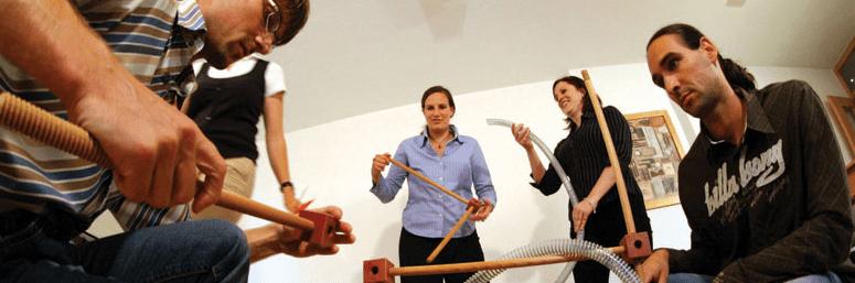 På billedet ses en gruppe medarbejdere i fuld gang med at løse en opgave