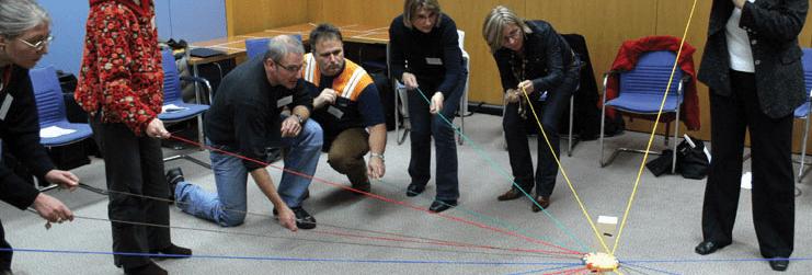På billedet ses en gruppe i fuld gang med at fuldføre den stillet opgave