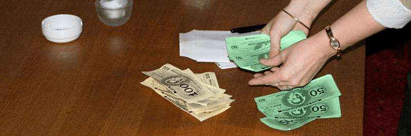 En deltager som er igang med at tælle pengesedler