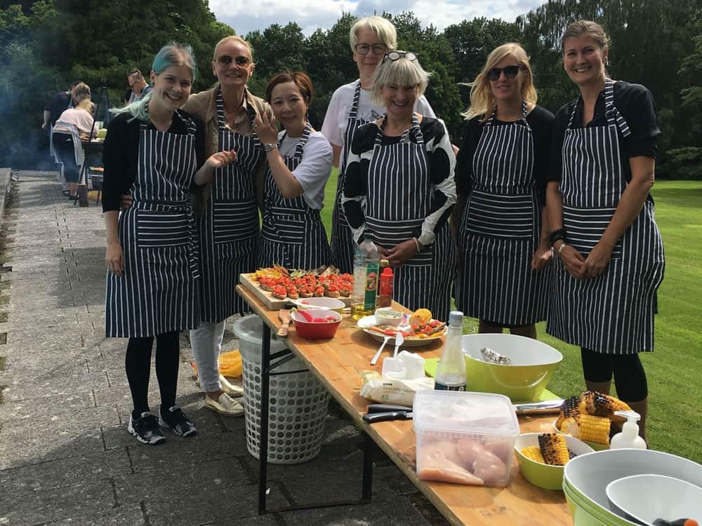 På billedet ses en gruppe deltagere som skal til at igang med at anrette deres mad