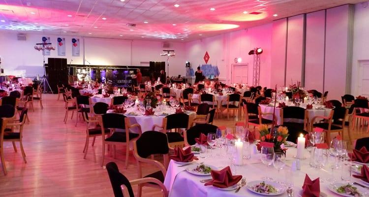 På billedet ses et lokale som er dækket op til at gæsterne bare kan komme