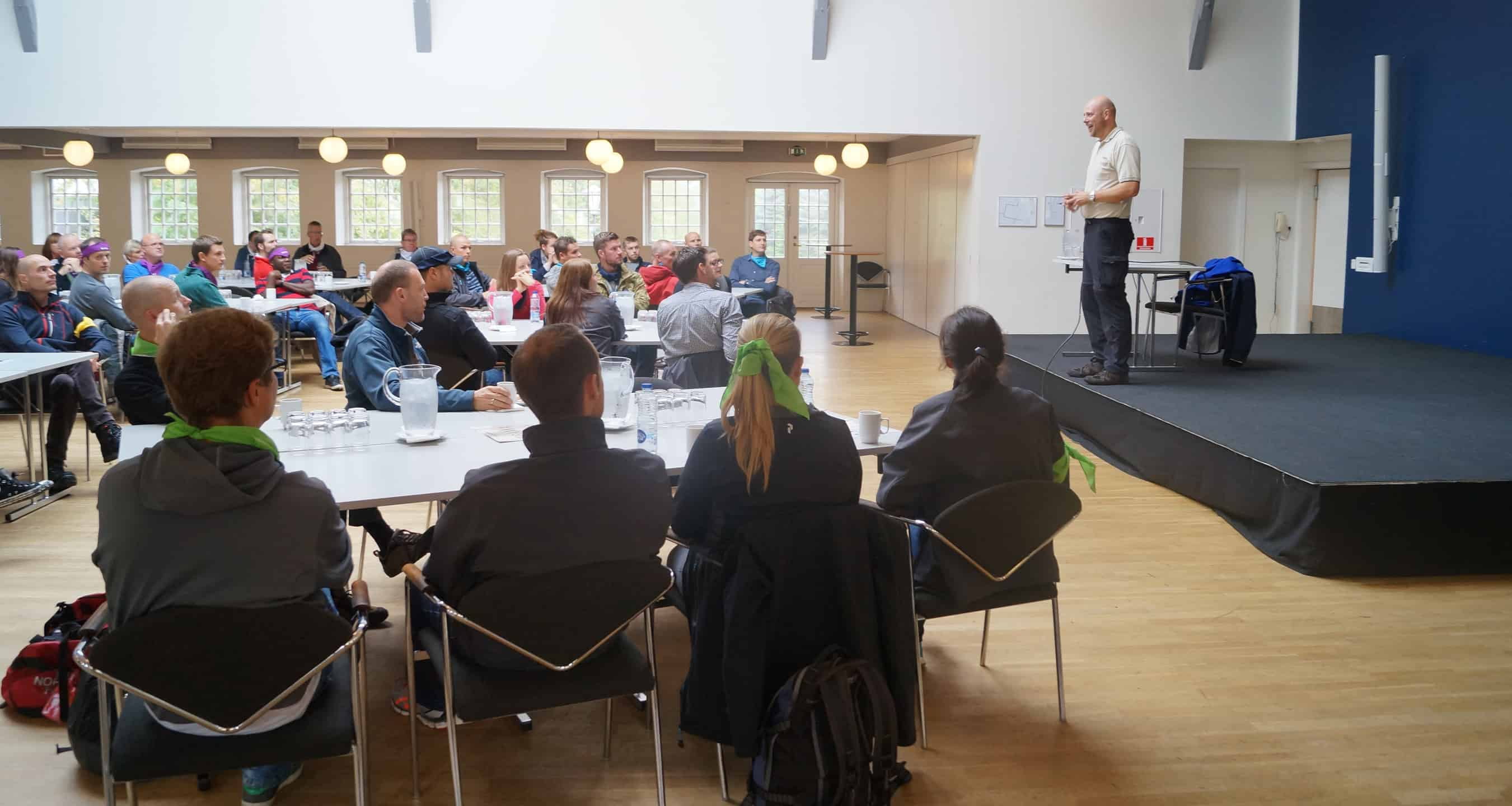 På billedet ses Søren Madsen igang med forklare hvordan konferencen kommer til at foregå