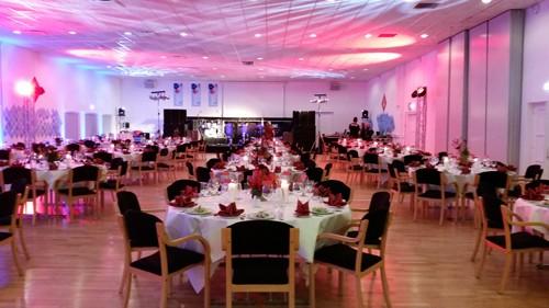 På billedet ses en færdigt opdækket sal med borde og stole klar til at gæsterne ankommer