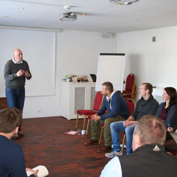 Her ses Søren Madsen i fuld gang med at forklare dagen teambuilding øvelse