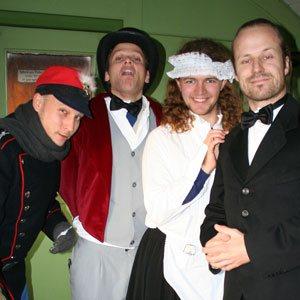 Skuespillere i deres udklædning til maribo ekspressen