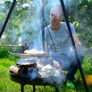 Et billede af en person i fuld gang med at lave mad til outdoor cooking