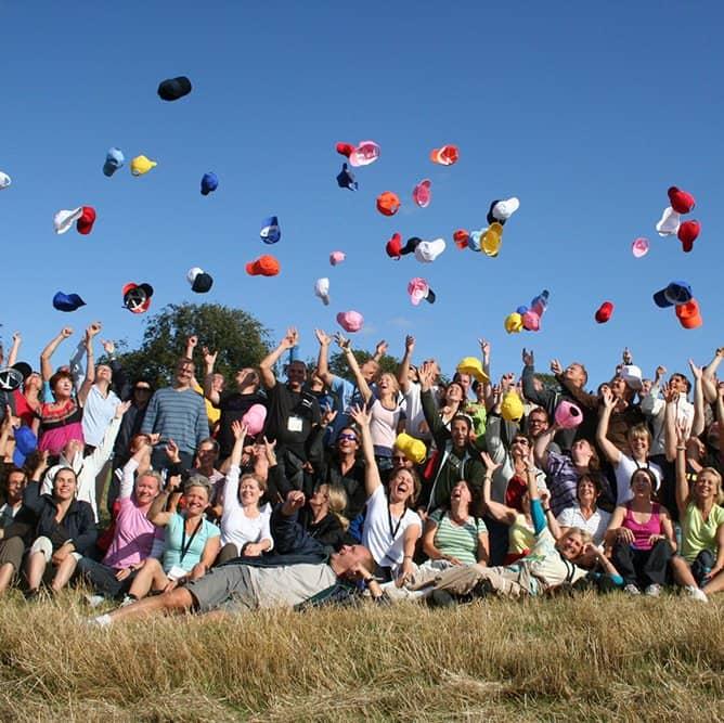 Billede af deltagere der alle kaster forskellige kasketter op i luften