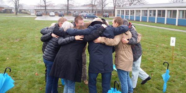 På billedet ses en gruppe i fuld gang med et kampråb til dagen
