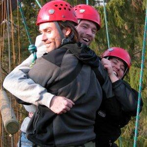 Her ses 3 deltagere igang med en øvelse oppe i højderne