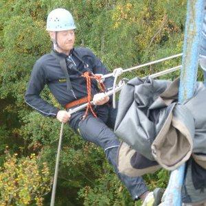 Deltager i fuld gang med at klatre ned af en forhindring