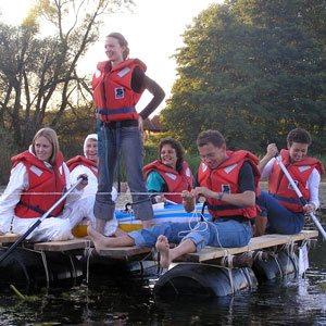 Deltagere i gang med at nyde tiden på deres tømmerflåde