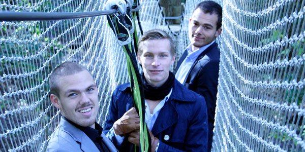 På billedet ses 3 ansatte som er i fuld gang med en øvelse i high performance