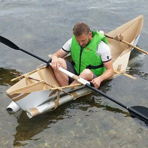 En deltager som forsøger at sejle/flyde i deres selvbygget båd