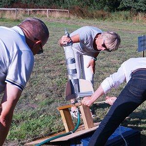 Her ses 3 deltagere igang med gøre deres raket klar
