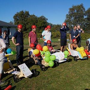 På billedet ses nogle forskellige hold sammen med deres sæbekassebiler