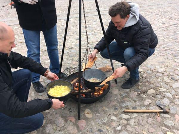 mad bliver tilberedt over bål