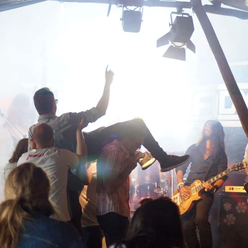 På billedet ses et telt med borde, stole og deltager til et stort arrangement
