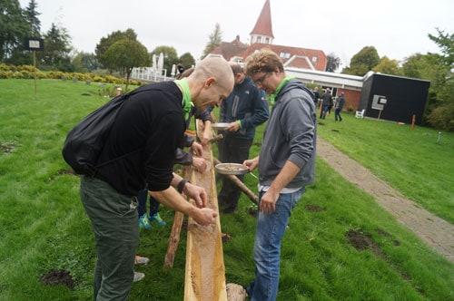 deltagere finder guld i sand
