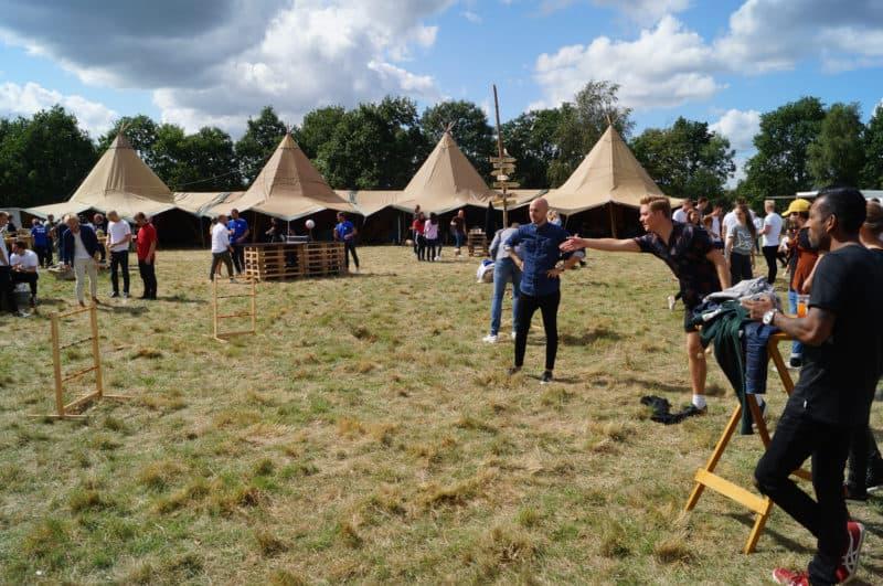 På billedet er deltagerne i gang med Garden games