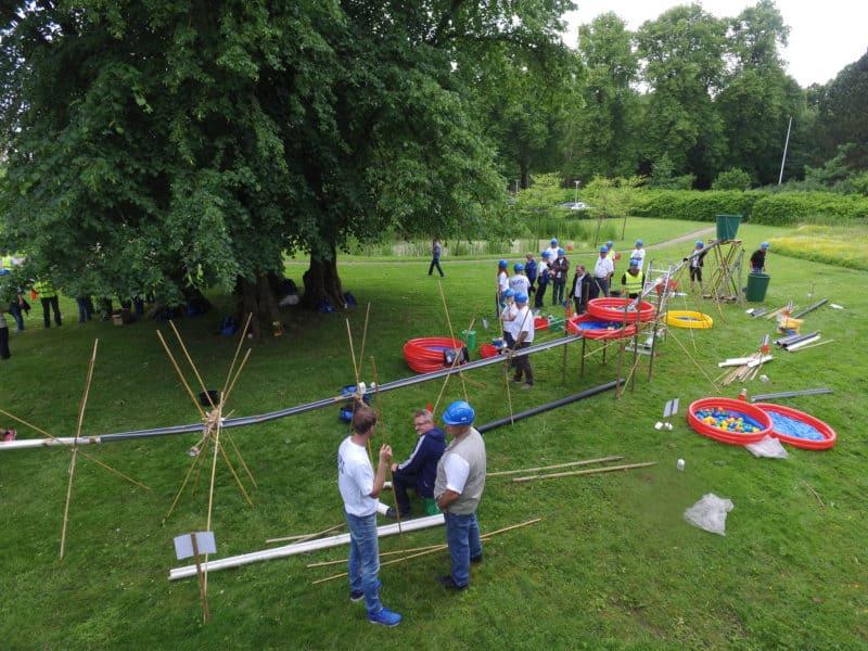 På billedet ses deltagerne i gang med aktiviteten Pipeline Project