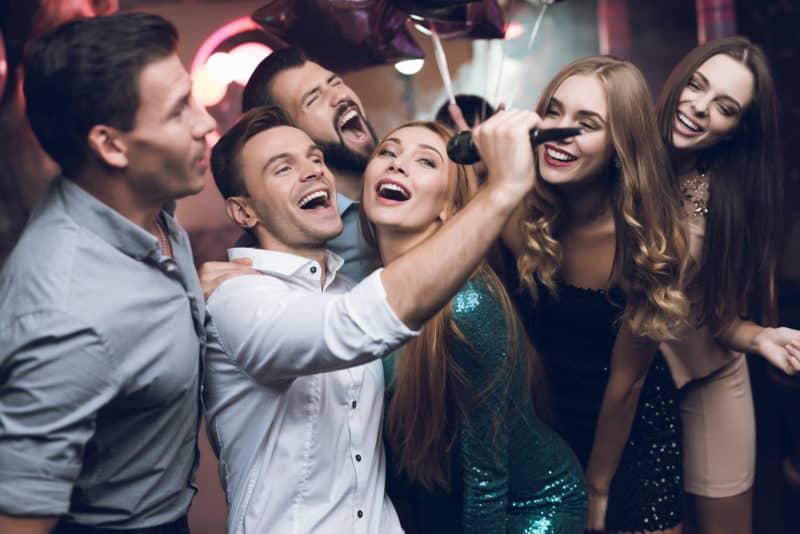 På billedet ses en gruppe af unge mennesker, der er i gang med aktiviteten Hit med sangen