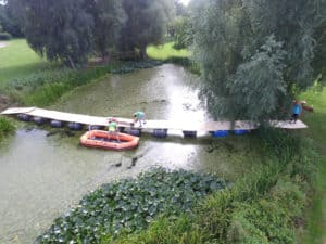 På billedet kan man se den bro, som deltagerne har bygget i aktiviteten Bridge It