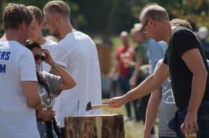 På billedet ses deltagerne i gang med aktiviteten garden games