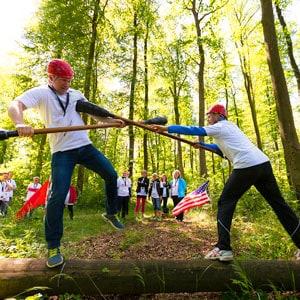 Deltagere i gang med OL teambuilding