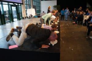 På billedet ses deltagerne i gang med aktiviteten Silly Fantastic
